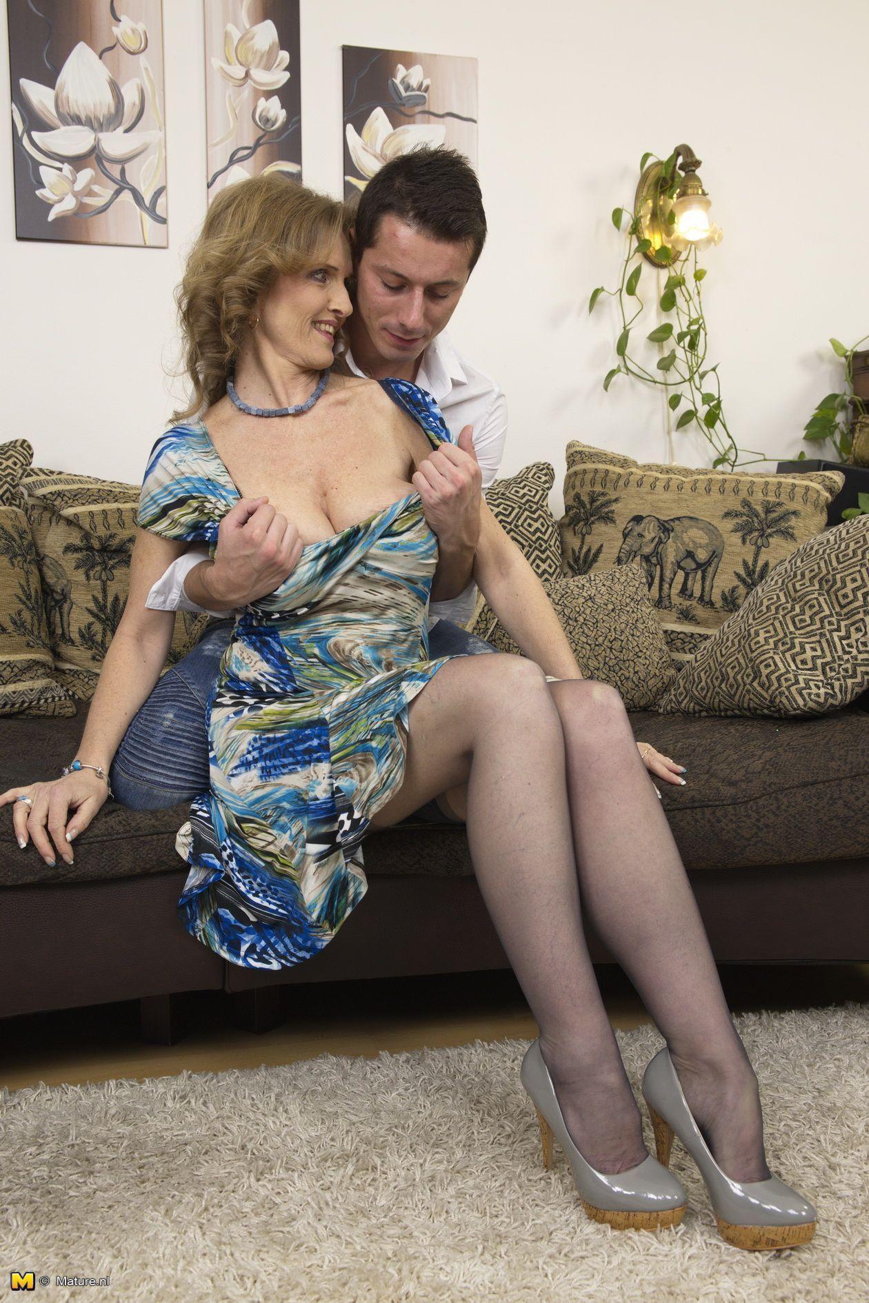 Amiture mature old wife dildo porn